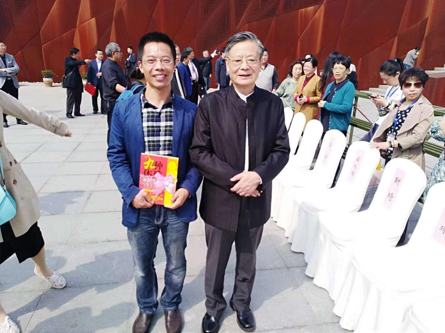 TMT销售总监蒋文国与王琦院士合影